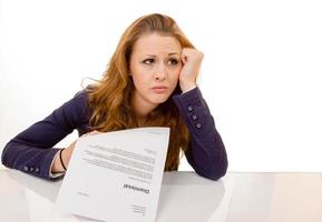ung kvinna som ser ledsen avskedades från sitt jobb foto