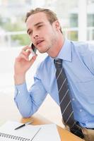 uppmärksam affärsman som talar i telefon foto