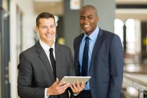 två affärsmän som använder TabletPC foto