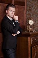 attraktiv ung affärsman i kostym, vintage interiör foto
