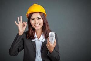 asiatisk ingenjör flicka visar tummen upp foto