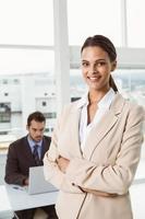 vacker affärskvinna med armarna korsade på kontoret