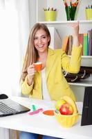 vacker ung sekreterare som dricker kaffe foto
