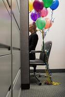 affärskvinna satt med massor av ballonger foto