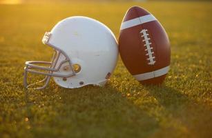 fotboll och hjälm på planen foto