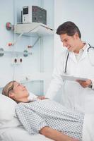 läkare som talar till sin patient foto