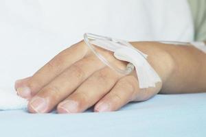 iv-lösning i en manlig patients hand