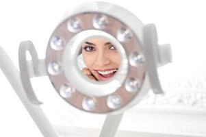 det hjälper mig att rengöra tänderna. foto