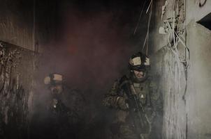 antiterroroperation. soldater som går upp i rök foto