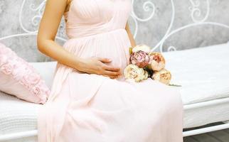 graviditet, moderskap och lyckligt framtida moderkoncept - gravid foto