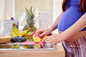 gravida kvinnor i köket foto