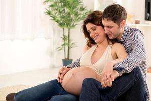 lyckliga paret förväntar sig ett nytt barn foto