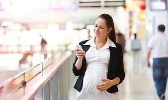 gravid kvinna på jobbet foto