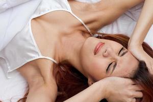 kvinna som rynkar av huvudvärk foto