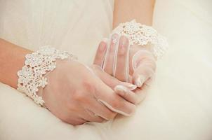 bröllopshandskar på händerna på bruden foto