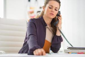 berörda modedesigner talande telefon i office foto