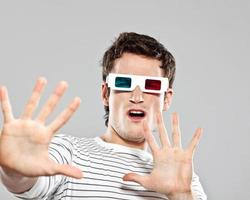 chockad man som bär 3d-glasögon foto