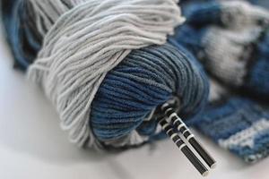 begreppet en hobby för stickning av ull foto