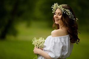 gravid kvinna med blommor på sommaren foto