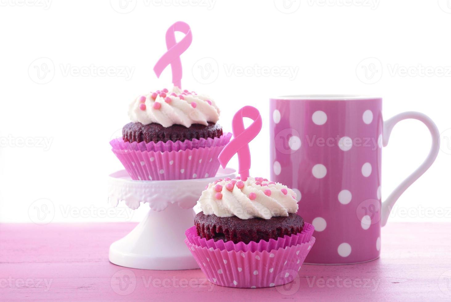 roze lintliefdadigheid voor de gezondheidsvoorlichting van vrouwen cupcakes. foto