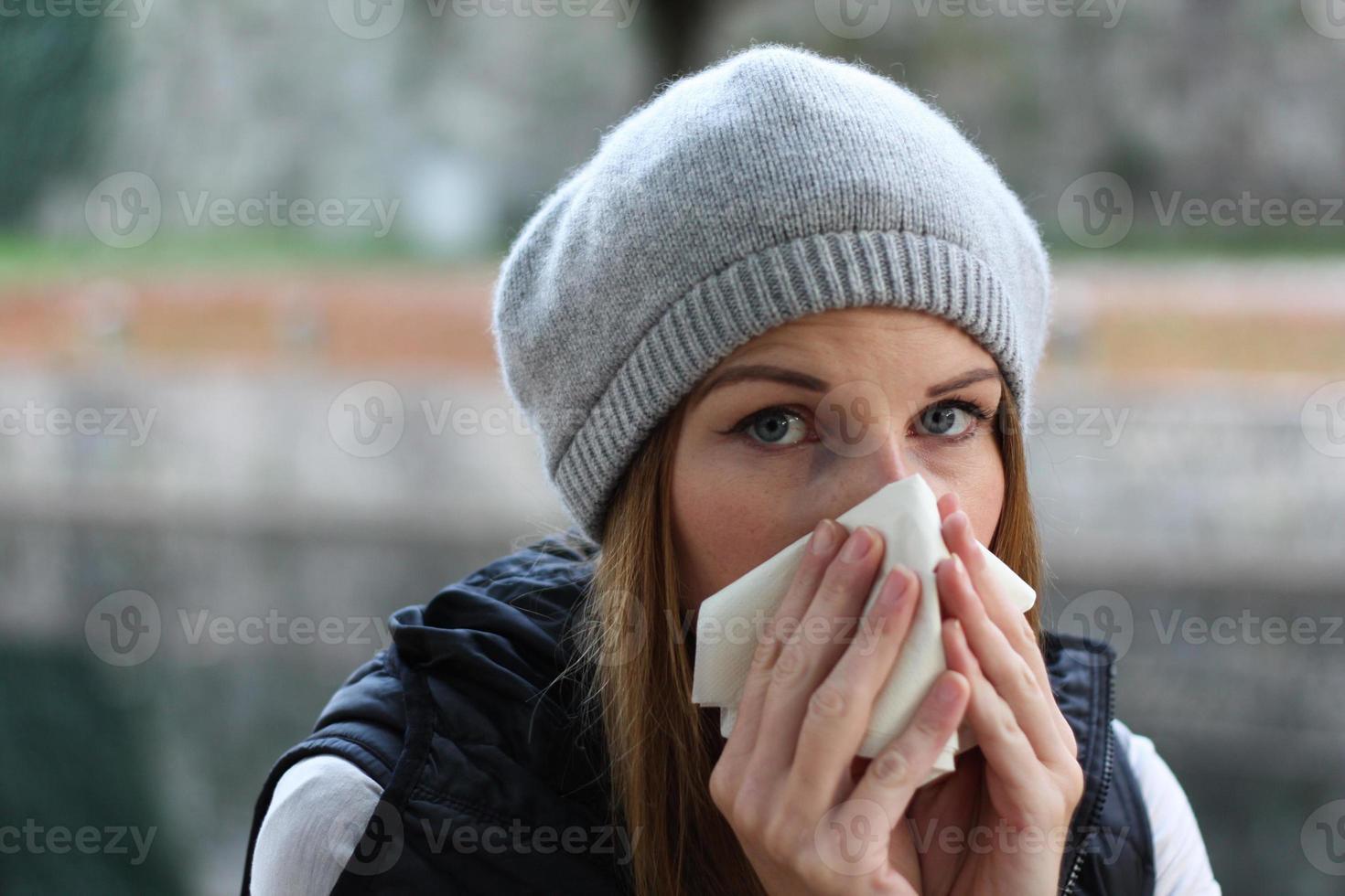 vrouw blaast in weefsel foto