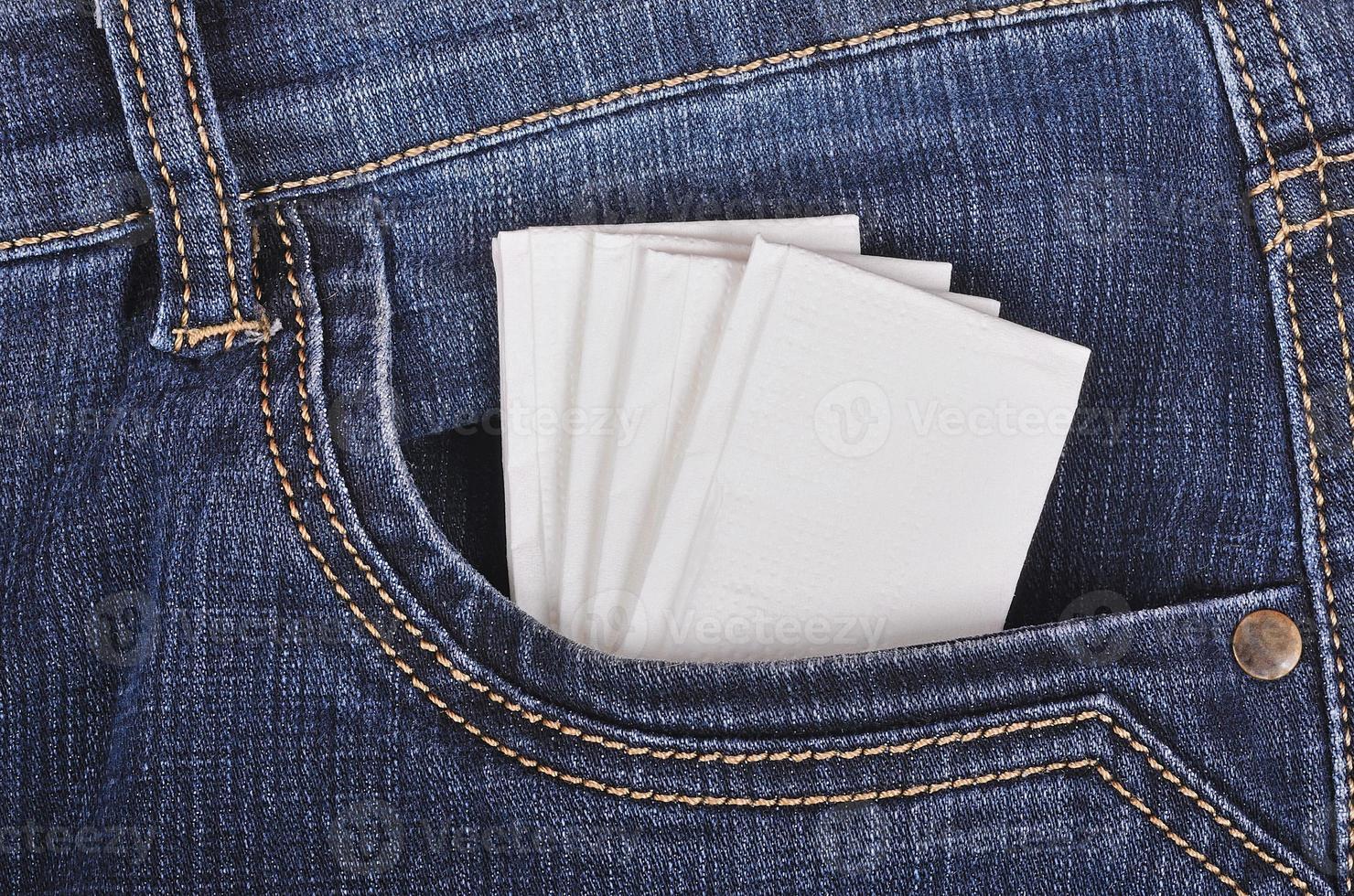 papieren zakdoek in de broekzak foto