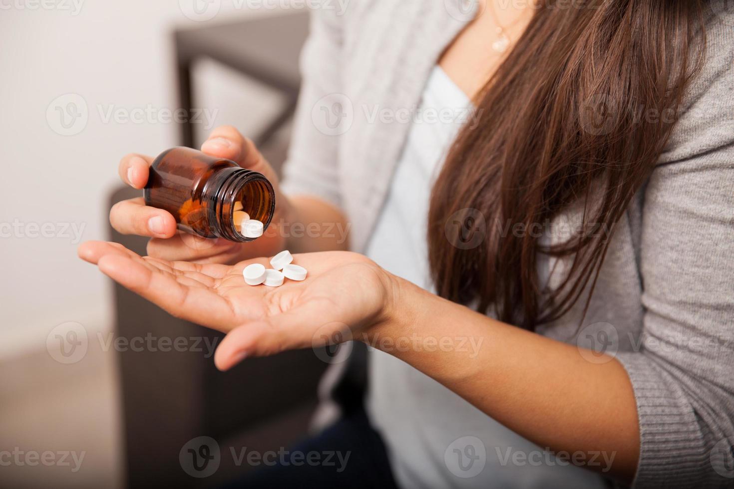 op het punt om wat aspirine te nemen foto