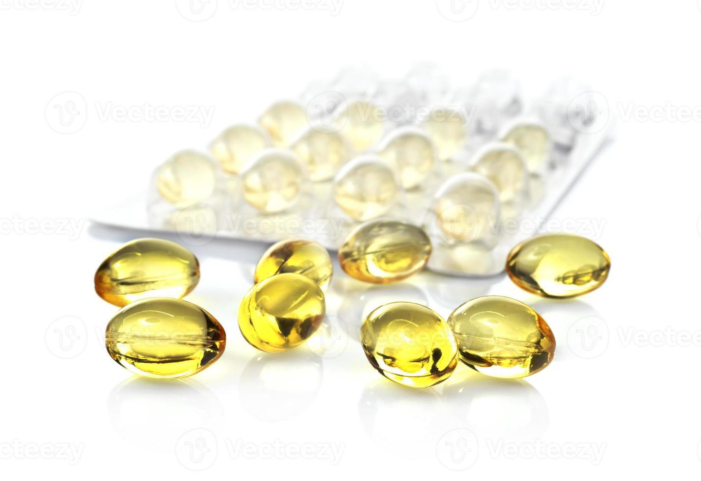 visolie capsules en blisterverpakking geïsoleerd op een witte achtergrond foto