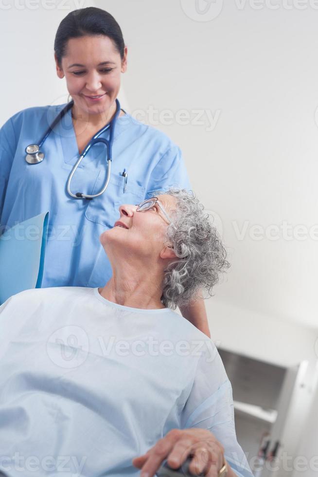 oudere patiënt in een rolstoel foto