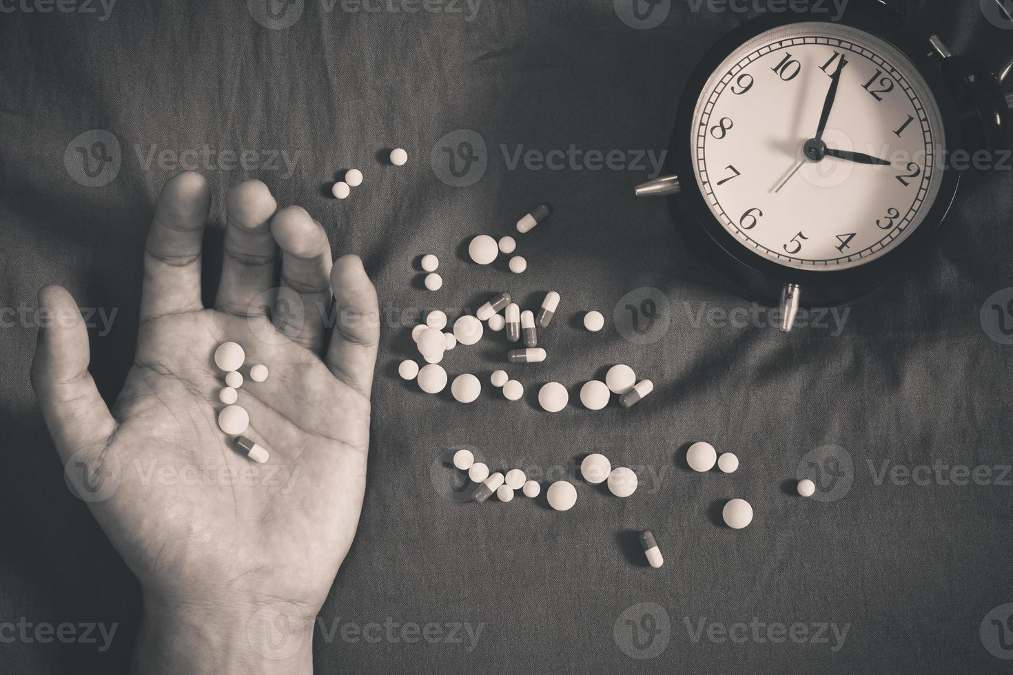 overdosis man hand en drugs op bed 's nachts foto
