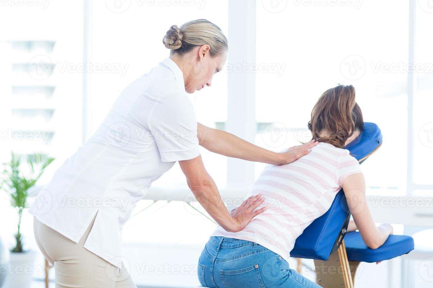 vrouw met rugmassage foto