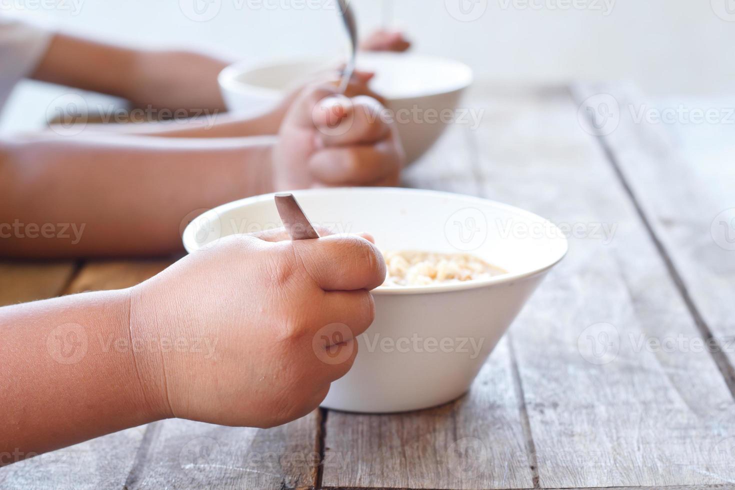 kinderen eten hun instant noodle. foto