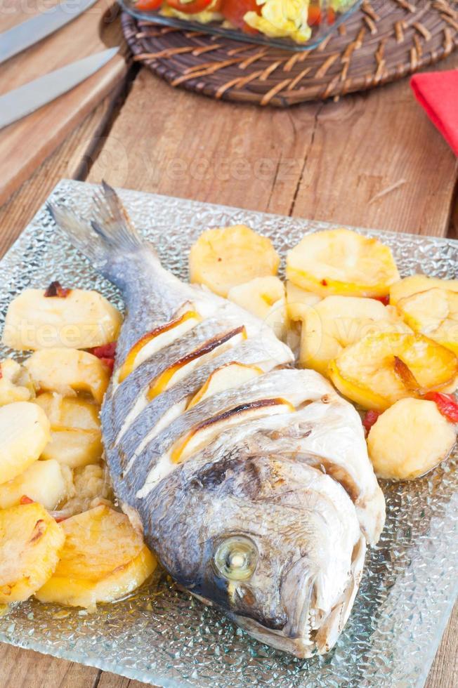 gebakken vis met citroen en aardappelen foto