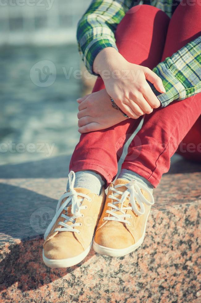 gele sneakers op meisje benen in hipster stijl foto