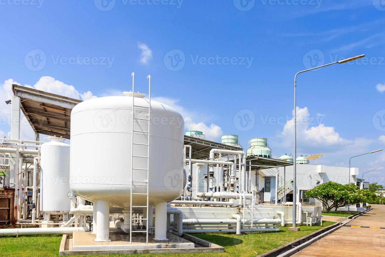 chemietank in fabriek met blauwe hemel foto