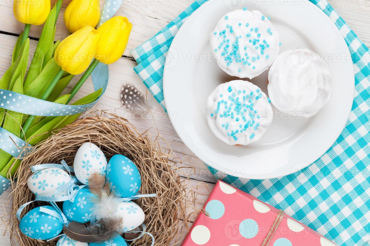 Pasen met eieren, gele tulpen en traditionele taarten foto