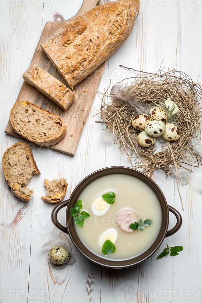 zelfgemaakte soep met eieren en worst foto