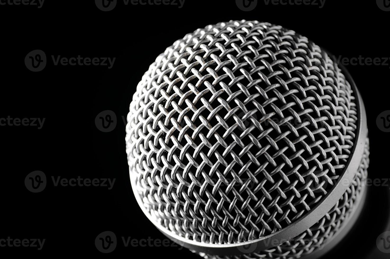 zilveren microfoon op een zwarte achtergrond. foto