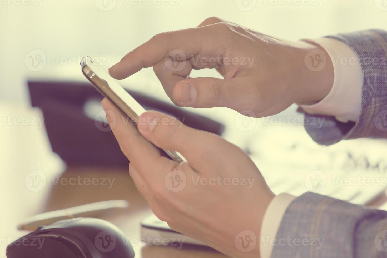 man die mobiele telefoon draait foto