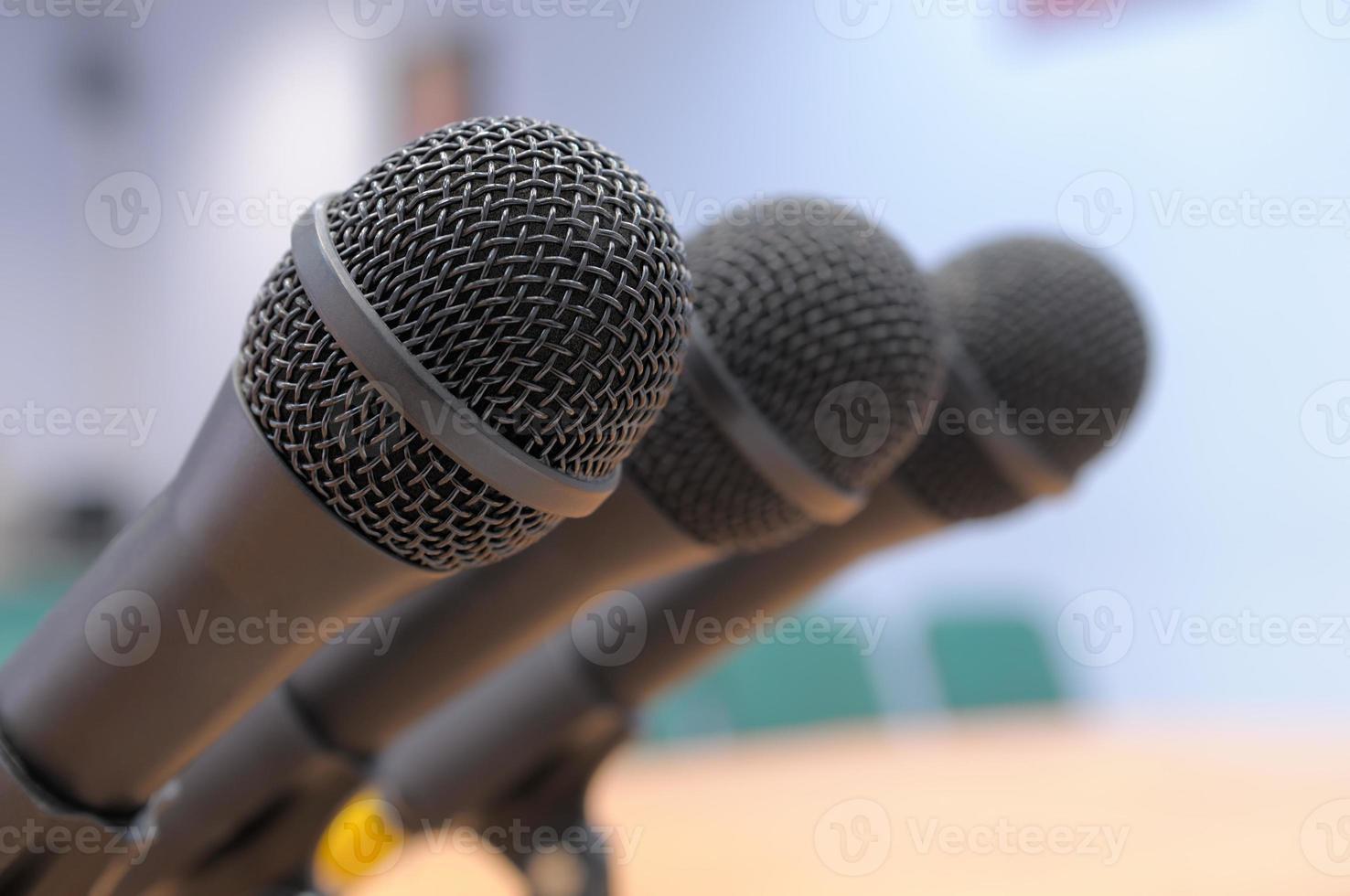 microfoons staan in de vergaderzaal. foto