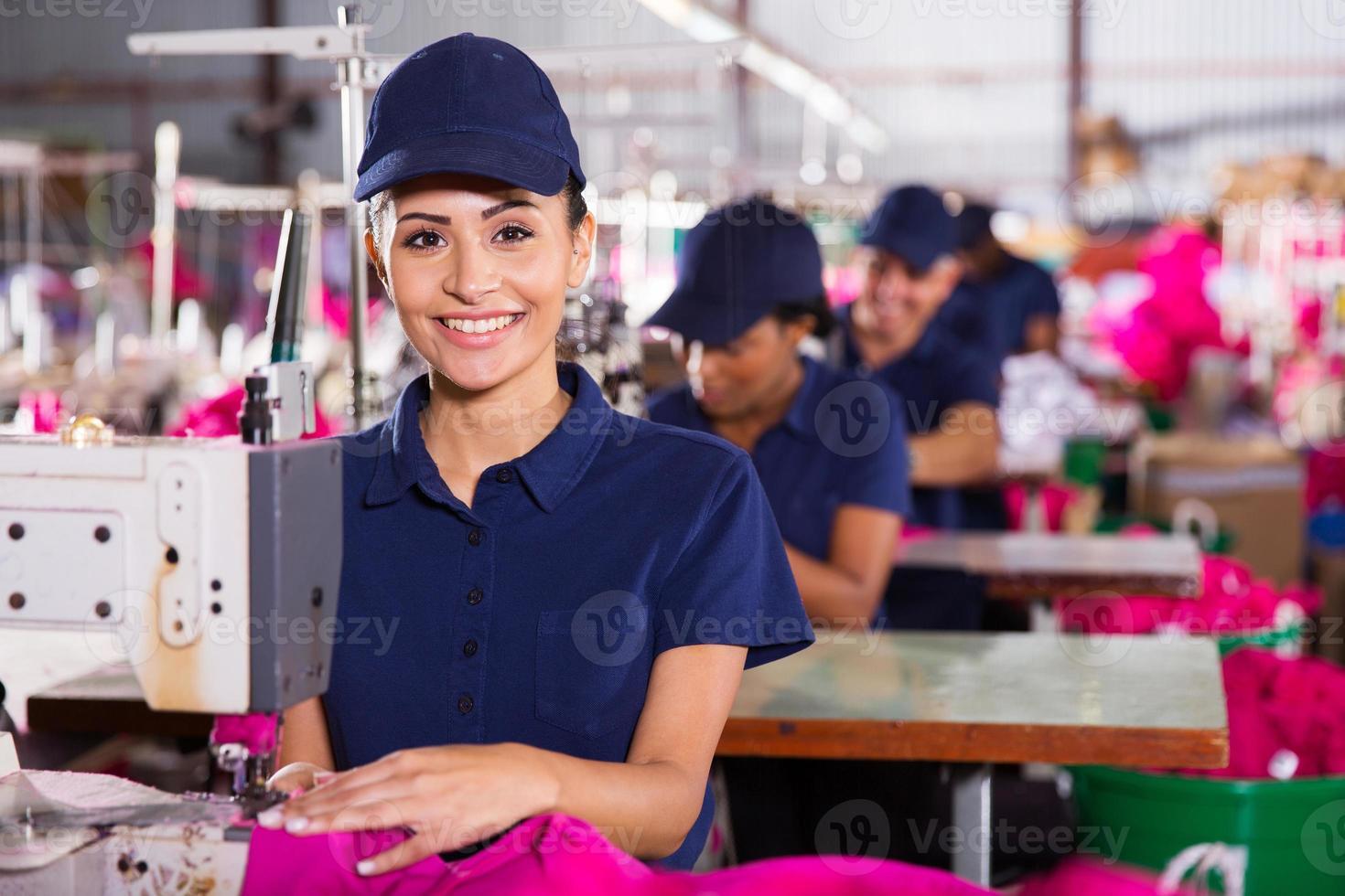 jonge textiel machinist met naaimachine foto