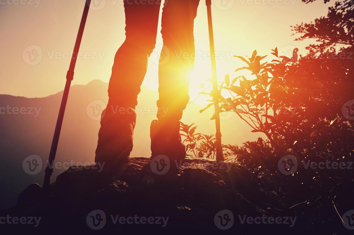wandelen benen zonsopgang bergtop foto