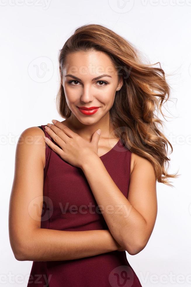 mooi verrast donkerbruin meisje over wit. mooie vrouw foto