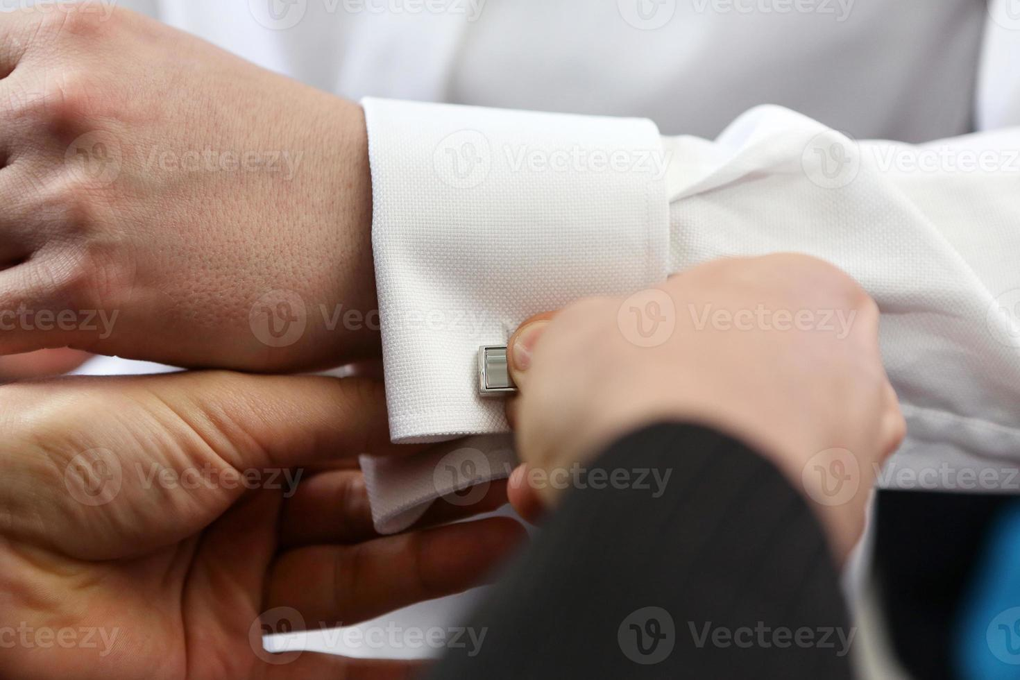 de bruidegom aankleden foto