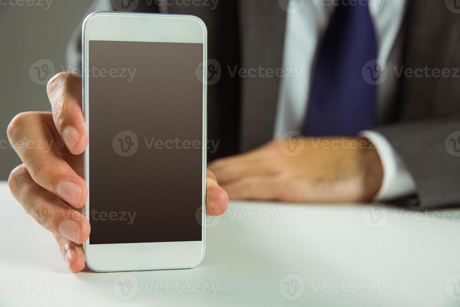 zakenman die zijn slimme telefoon toont foto