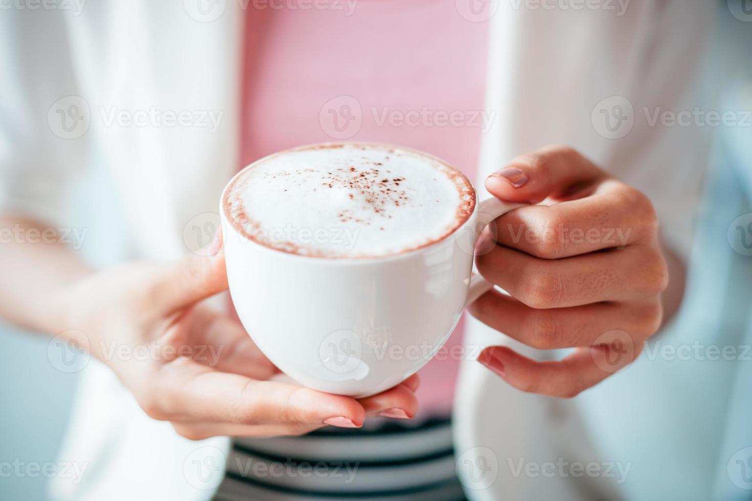 vrouw met kopje koffie foto