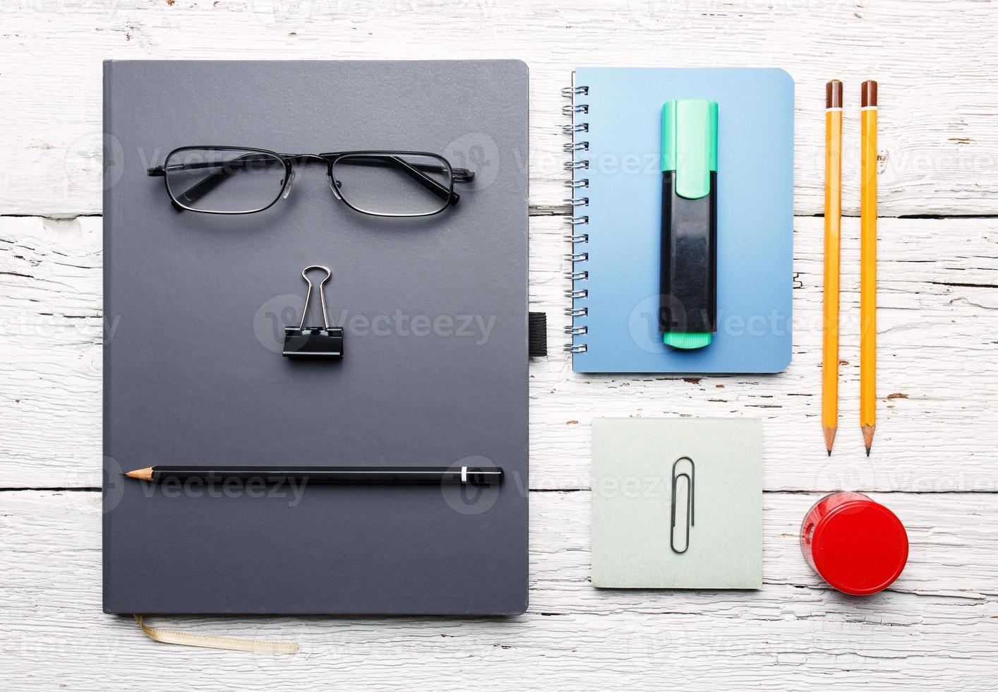 werkplek. witte houten tafel met notitieblok, kleurrijke potloden en foto