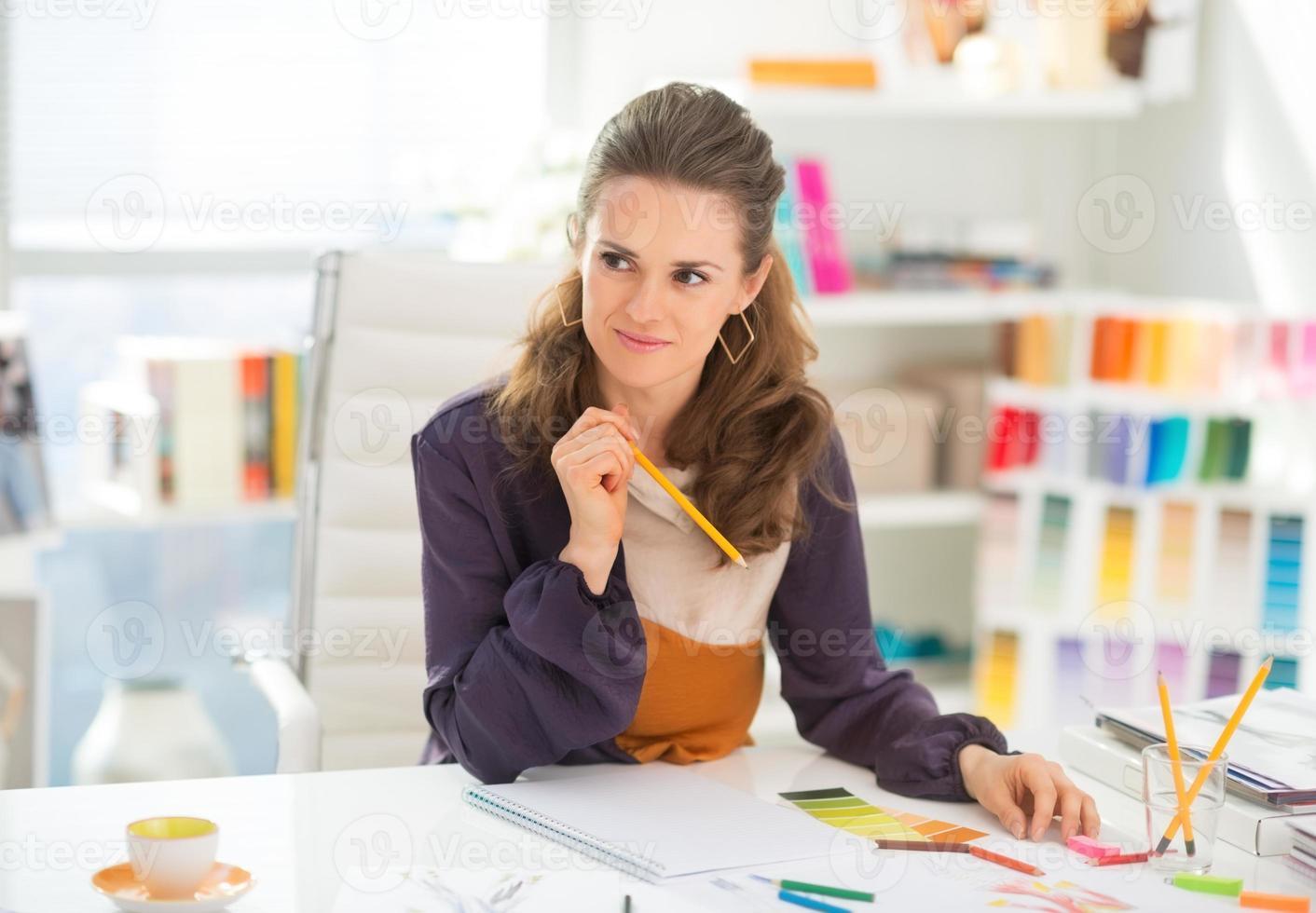 portret van doordachte modeontwerper in office foto