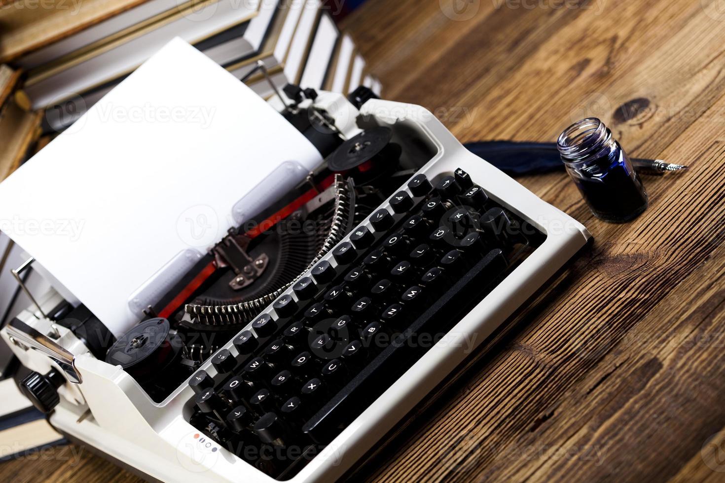 retro typemachine met wit papier foto