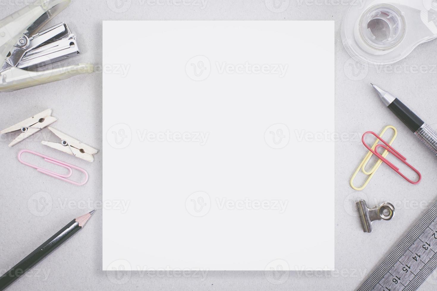 lege witte ruimte met nietjes en kantoorbenodigdheden foto
